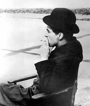Charlie Chaplin fumand