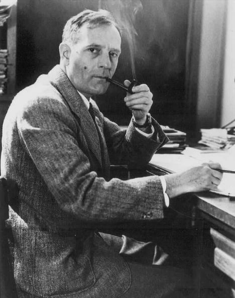 Edwin Powell Hubble fumand pipa