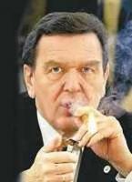 Gerhard Schröder, aprinzandu-si trabucul