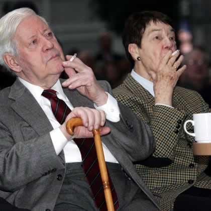 Helmut Schmidt si sotia sa Loki isi savureaza tigarile la un eveniment de Anul Nou in Hamburg