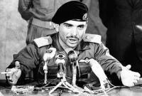 Regele Hussein fumand